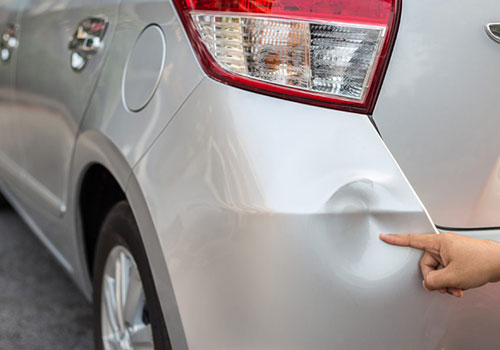 Auto met deuk voor schadeherstel