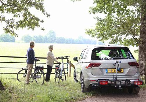 Auto met trekhaak en fietsendrager