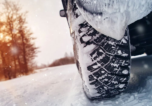 Auto in de winter op de weg